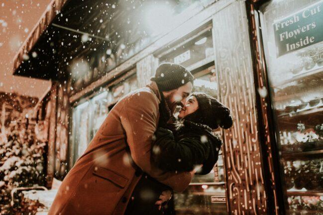 coppia sotto la neve